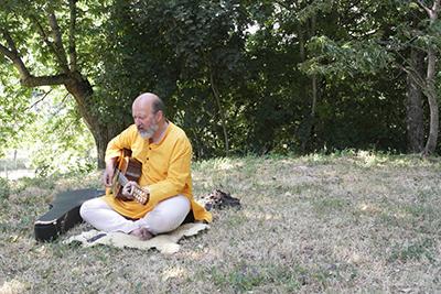 Yoga Le Nuvole - Ritiro al Roccone - Paolo guida meditazione cantata